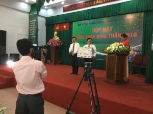 ĐC Nguyễn Thanh Nghị, Ủy viên TW, Bí thư tỉnh trao quà tặng Hội đồng hương Kiên Giang Tp. HCM.
